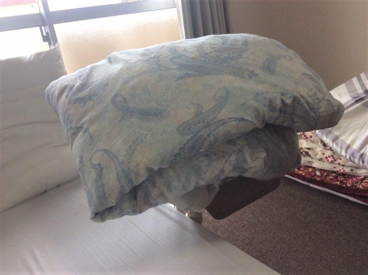 わんぱく相撲の懸賞にもなるという羽毛布団を日光に当てて干している写真