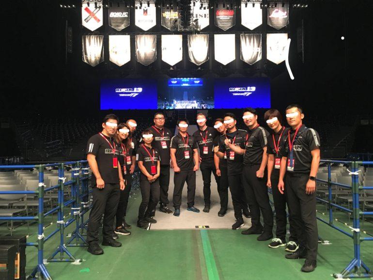 格闘技興行団体RIZIN(ライジン)fighing federationの試合を支えるインスペクター(検査員)とジャッジ(副審)の面々で撮ったの集合写真
