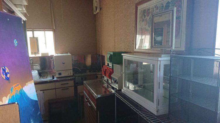 アトリエにしている実家の2階の様子。アクセサリー作りに必要な電気炉や研磨機の写真。