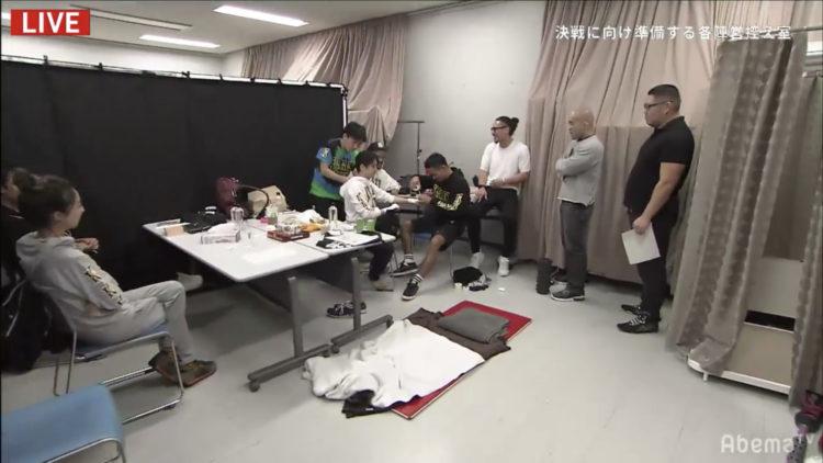これからRIZINの試合に出場する選手の最終チェック(インスペクター係)を控え室でしている写真