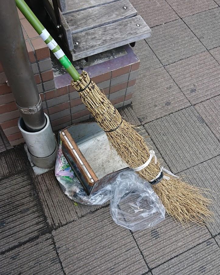 土俵の掃除では2本使うこともある竹ぼうきの写真