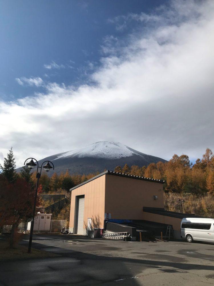 薄っすらと雪化粧をした岩手山(標高2,038m:所在地・岩手県八幡平市)の写真
