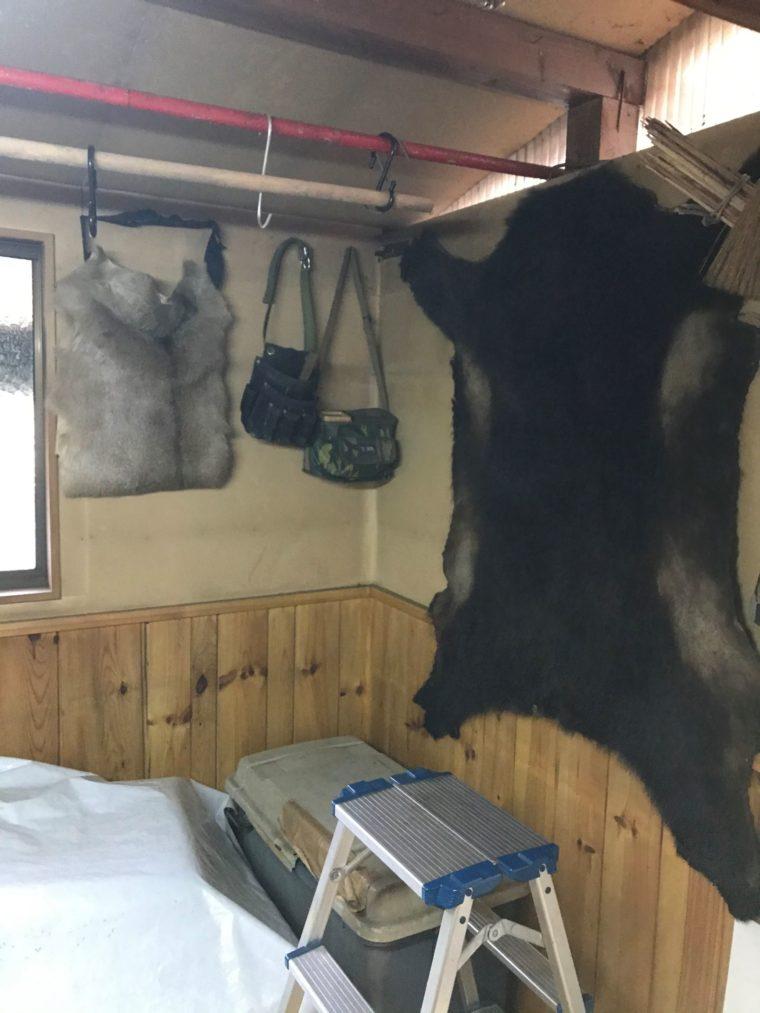 とても温かいトナカイの腰巻と熊のカーペットの写真