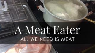 ミートイーター(肉食主義者)が好きな鶏肉を大鍋で茹でている写真