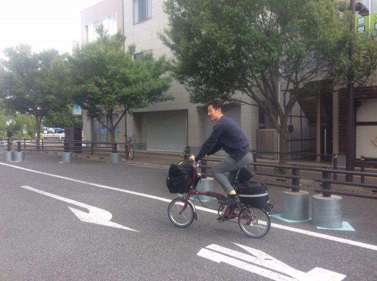 折りたたみ自転車ブロンプトンに乗って近所をぶらぶらしている写真