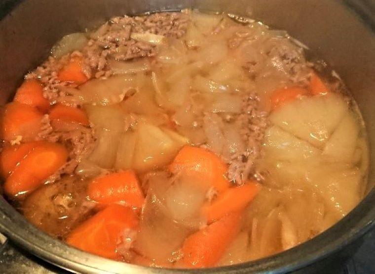 これだってマクロビオテック。栄養バランスの良い日本食。鍋で煮込み中の肉じゃがの写真