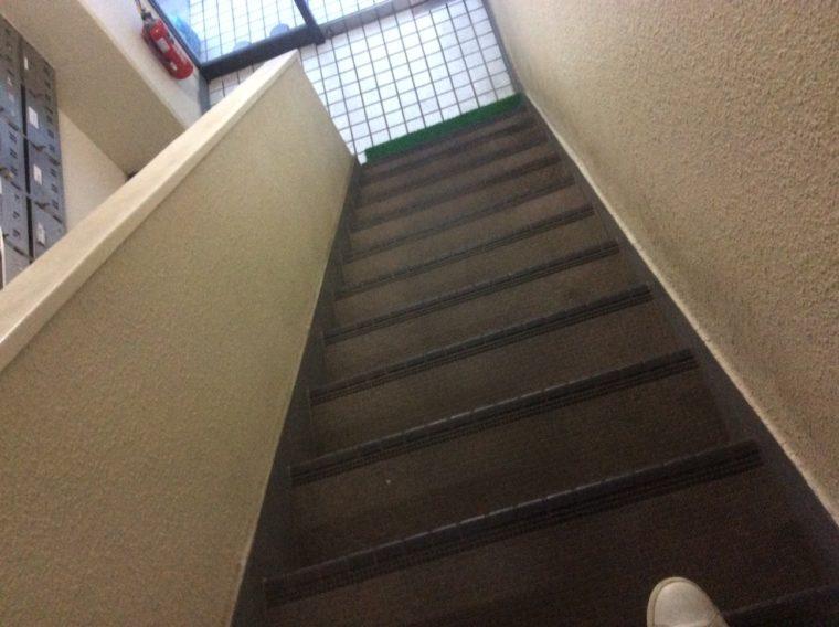 財布を落としたと思われる現場の階段