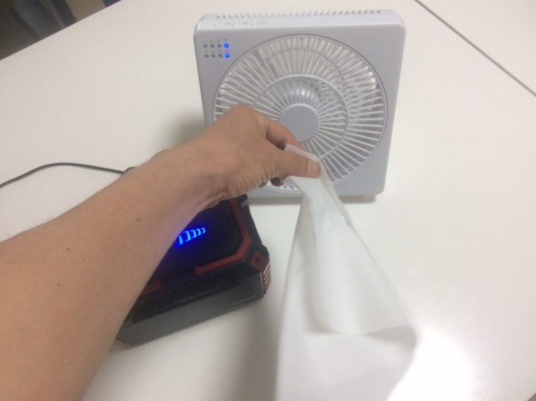 ポータブル扇風機の風量を確かめるためティッシュを近づけてみた写真