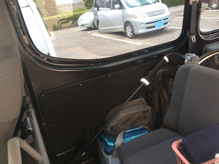 黒いカーフィルムを貼ったNV350キャラバンの車内から眺めた外の景色。問題なくはっきり見えることがわかる写真
