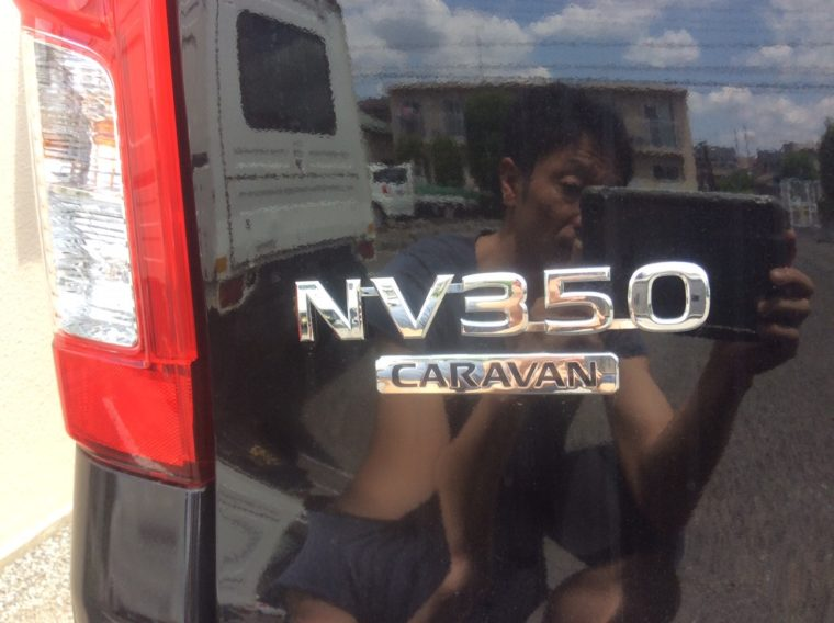 日産NV350キャラバンの商標ロゴ写真