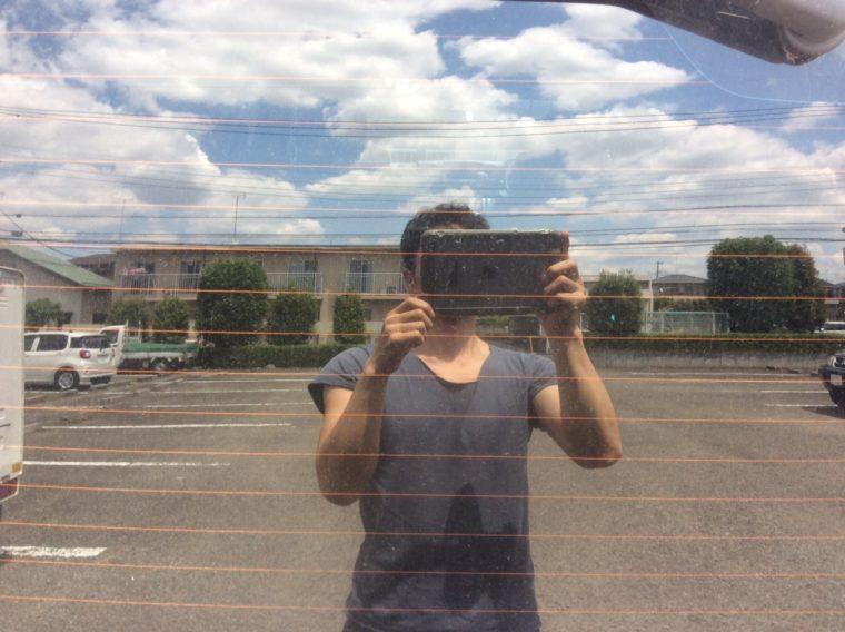 夏場の車中泊の暑さ対策でNV350キャラバンに施したカスタム。後ろの窓にカーフィルム(スモークフィルム)を貼った時の写真。