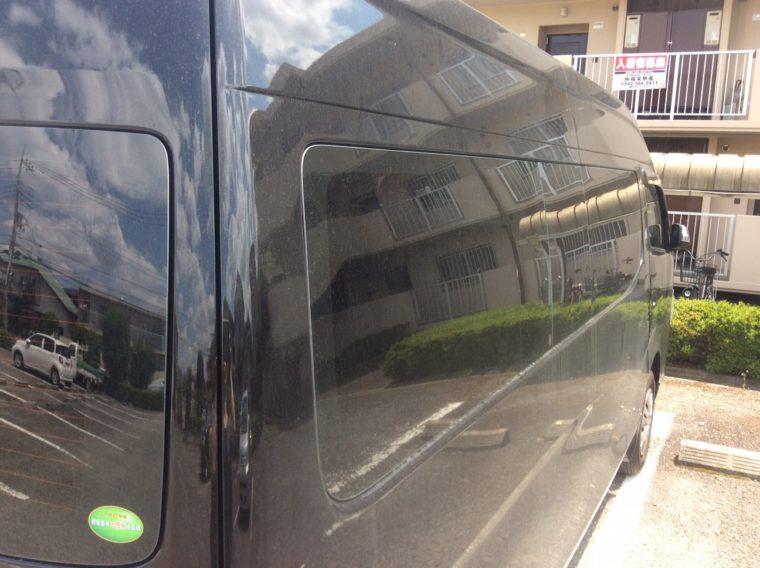 カーフィルム(スモークフィルム)でカスタマイズしたNV350キャラバンの真っ黒な窓(車体右側)の写真