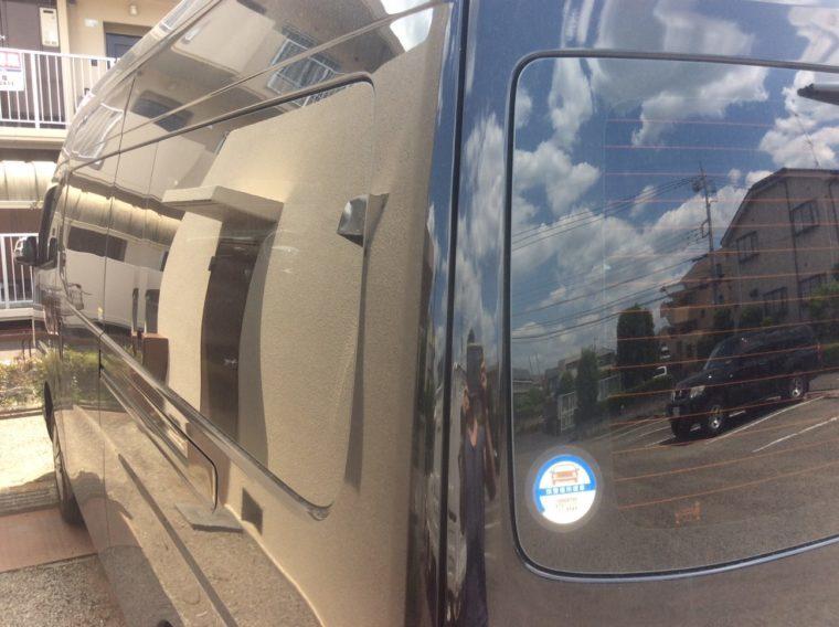 夏の暑さ対策にカーフィルム(スモークフィルム)を貼ったNV350キャラバンの車体左側の写真
