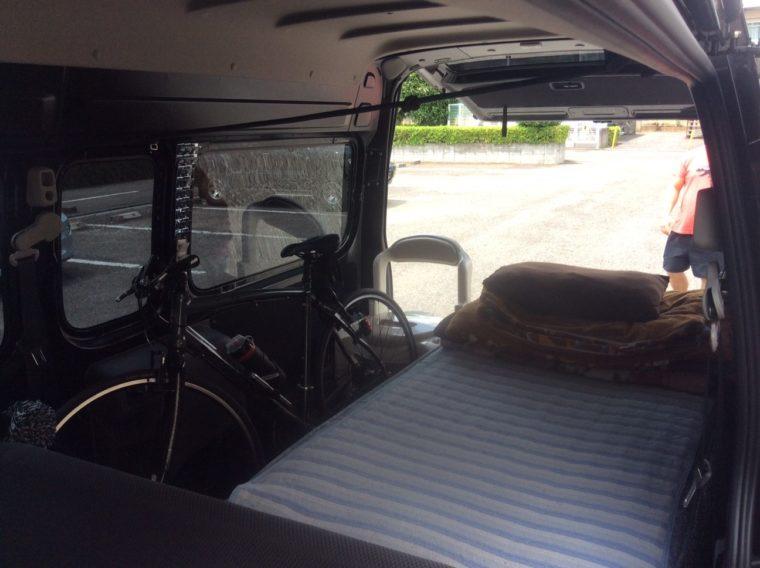 日産NV350キャラバンの車内に布団を敷いた写真