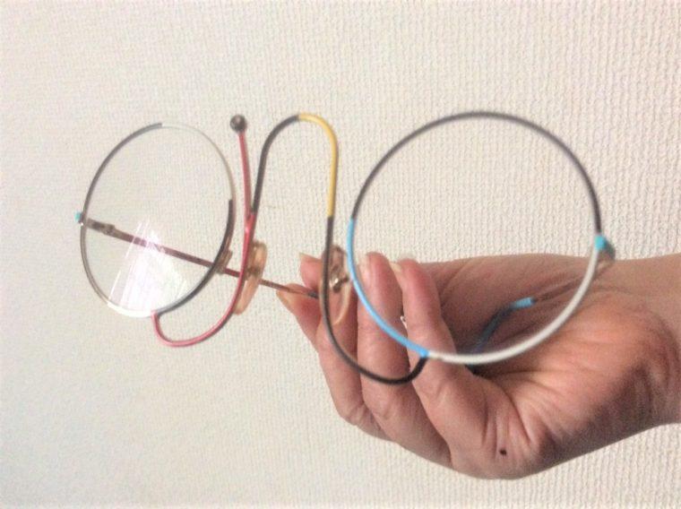 誠眼鏡店で選んだお気に入りのメガネ(カサノバ)を手に持って単体で撮った写真