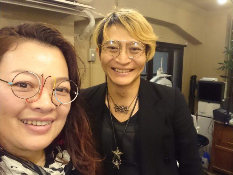 銀座の誠眼鏡店内にて。カサノバ(イタリアンヴィンテージメガネ)をかけたオーナーの星野誠氏(通称:まこっちゃん)とカサノバを購入したえみさんの写真