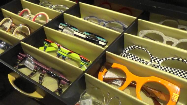 引き出しの中からずらっと現れた誠眼鏡店のメガネコレクションの写真