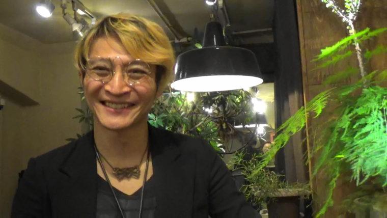 誠眼鏡店のオーナー星野誠さんの写真。銀座店でインタビュー中の1枚。